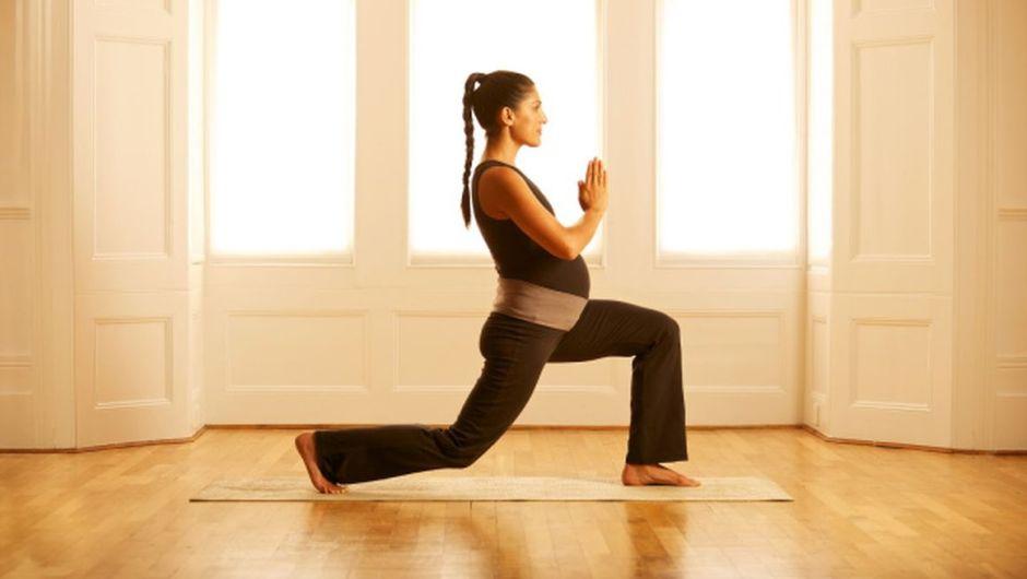 Yoga in gravidanza: i consigli per la pratica in spiaggia e una guida per le future mamme